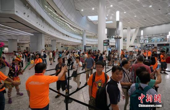 资料图:香港市民在西九龙站内参观。<a target='_blank' href='http://www.chinanews.com/'>中新社</a>记者 张炜 摄