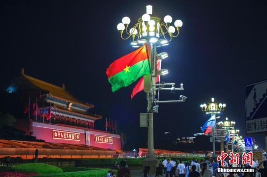8月31日晚,天安门前的灯柱上中国和非洲多国国旗迎风飘扬。中非合作论坛北京峰会将于2018年9月3日至4日在北京举行。<a target='_blank' href='http://www.chinanews.com/'>中新社</a>记者 贾天勇 摄