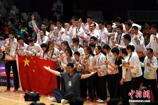 资料图:在雅加达,中国男、女篮再度包揽亚运会双冠。图为姚明与男队、女队运动员教练员合影留念。 中新社记者 王东明 摄