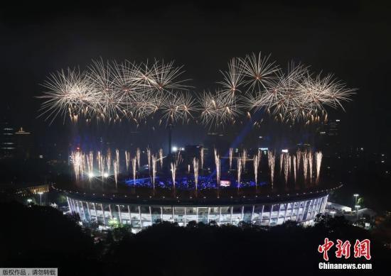 9月2日,第18届亚运会闭幕式在印度尼西亚雅加达举行。图为闭幕式上的焰火表演。