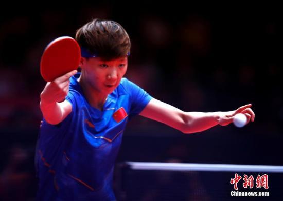 资料图:中国选手王曼昱在比赛中。中新社记者 刘关关 摄