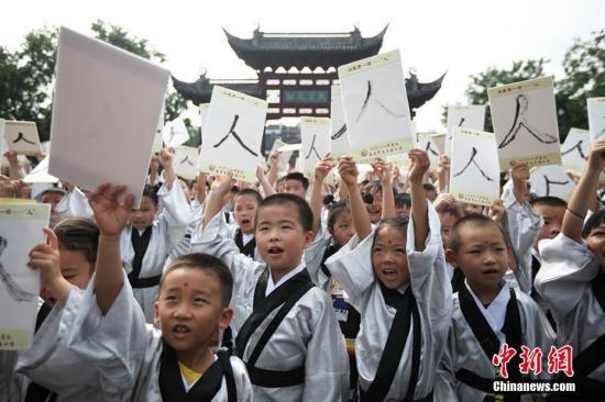 """祭拜孔子、学写""""人""""字、朱砂开智、聆听师长寄语。9月2日,南京夫子庙小学的一年级新生来到夫子庙大成殿前举行开笔礼,孩子们通过仪式接受""""尚礼""""传统文化教育,由此正式成为一名学生。 泱波 摄"""