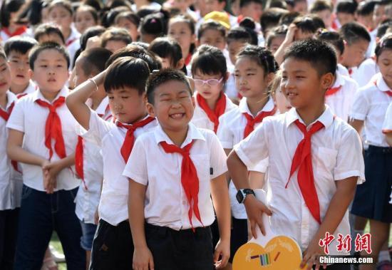 资料图:小学生参加开学典礼,迎接开学第一天。中新社记者 韩苏原 摄
