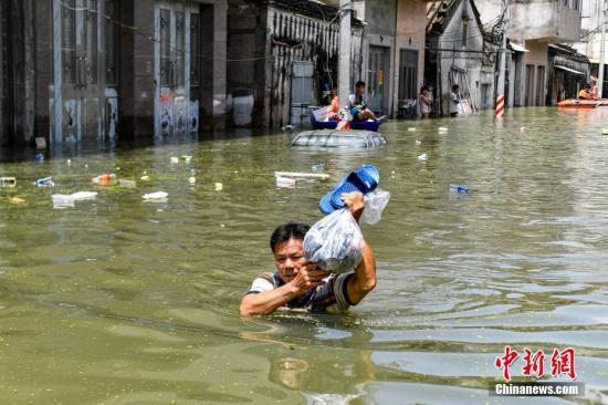 �Y料�D:�V�|汕�^市潮��^�湎愦灏l生��常�一名村民涉水前往村口。/p中新社�者 ��K�F �z
