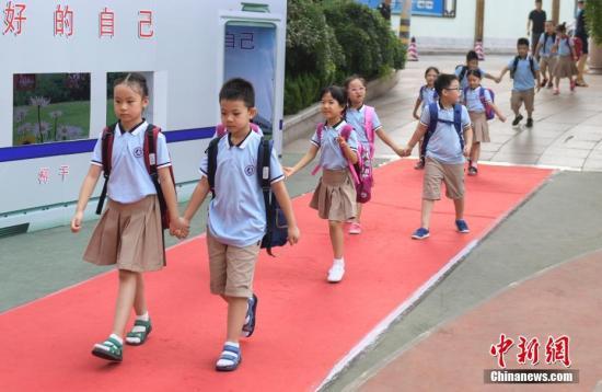 资料图:小学生排队入学。 中新社记者 张勇 摄