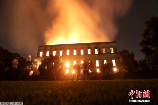资料图:当地时间9月2日晚,巴西里约热内卢一座有着200年历史的博物馆发生大火。当地电视台的画面显示,大火已经蔓延到大楼的所有地方。