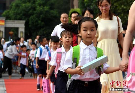 资料图:小学新生迎接开学第一天。 <a target='_blank' href='http://www-chinanews-com.e-cchina.com/'>中新社</a>记者 韩苏原 摄