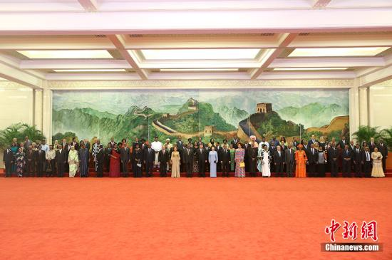 9月3日,中国国家主席习近平和夫人彭丽媛在北京人民大会堂举行宴会,欢迎出席中非合作论坛北京峰会的外方领导人和夫人。图为习近平和彭丽媛同各国领导人及夫人在巨幅苏绣壁画《长城》前合影留念。<a target='_blank' href='http://www.chinanews.com/'>中新社</a>记者 刘震 摄