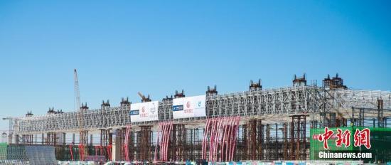 原料图:亚洲最大在建机库在北京新机场正式封顶。刘艺 摄