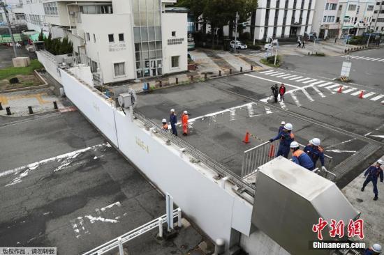 """当地时间9月4日,日本高知县海岸的掀起巨浪。据外媒报道,由于强台风""""飞燕""""于9月4日登陆日本,该国近270个航班被迫取消。据日本气象厅消息,台风中心位于鹿儿岛县以南320公里处,并以20公里/时的风速向北移动。中心附近最大风速45米/秒,最大瞬时风速60米/秒。专家强调称,""""飞燕""""风力或为日本近25年来最强,并呼吁民众密切关注天气预报。据气象员预报,海浪将高达12米,因此请沿海居民不要靠近海岸线,渔民不要出海。图为日本名古屋港口附近的防波堤被关闭。"""