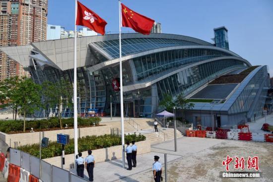 9月5日早上,一个香港警员小队正在广深港高铁西九龙站进行升国旗及区旗仪式。高铁西九龙站由9月4日起,每天定时有警员进行升、降旗仪式。 <a target='_blank' href='http://www.chinanews.com/'>中新社</a>记者 麦尚�F 摄