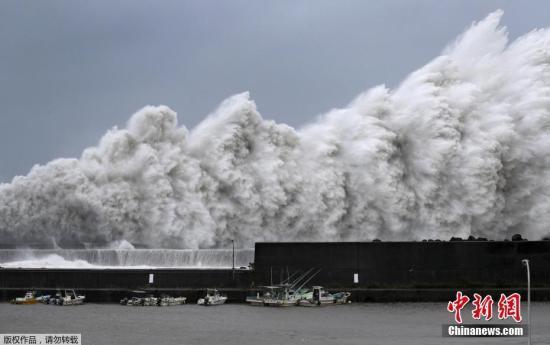 """25年来威力最强的台风""""飞燕""""4日登陆日本西部,带来强风和强降雨,至少造成7人丧生,逾百人受伤,逾百万户停电,关西澳门赌场玩法机场更因淹水关闭,数百航班取消。"""