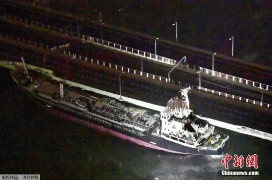 """油轮受台风影响,被刮向联络桥。这座桥是关西机场与陆地唯一的通道。这也就意味着因为今年21号台风""""飞燕""""滞留在机场的乘客就这么被隔绝在""""孤岛""""上了。"""