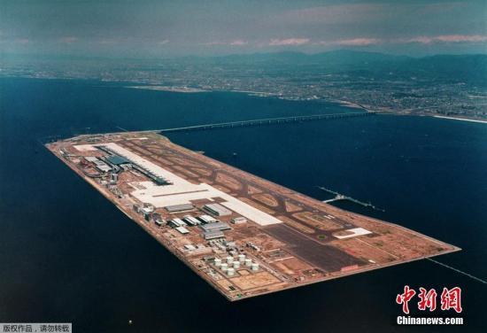 关西国际机场是填海造陆而成的人工岛机场,它同时也是一座大型海上国际机场。关西机场在大阪南部填海而造,并于1994年投入使用,是京都-大阪-神户都市区的重要国际机场。据悉,如果机场跑道等浸水设施以及联络桥的修复要花费较长时间的话,利用关西机场访日的外国游客或将减少,对日本旅游业造成打击。(资料图)