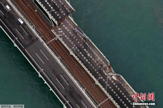 """航拍关西机场联络桥受损情况。9月4日下午,第21号台风""""飞燕""""在日本德岛市登陆,给日本西部带来猛烈的暴风雨。日本气象厅表示,这是1993年的13号台风以来,日本再次遭遇如此强势的台风。"""