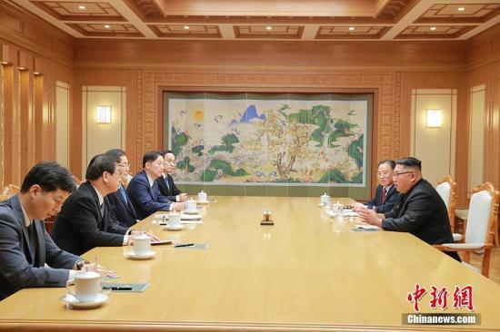 资料图:9月5日,韩国总统特使团访问朝鲜。9月6日,访朝特使团首席特使郑义溶向媒体介绍称,韩朝首脑将于9月18日至20日在平壤再次举行会晤。 青瓦台供图