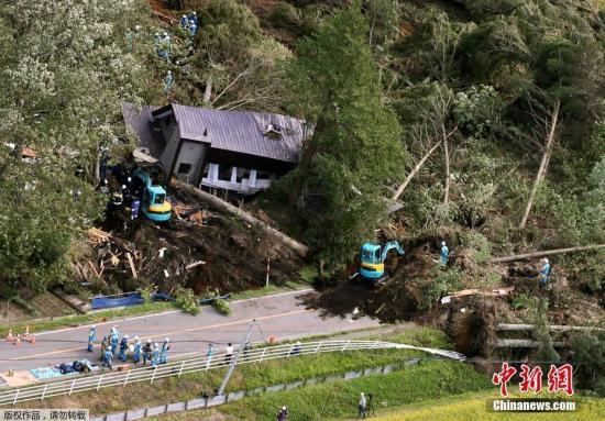 据报道,这次强震是北海道自震度等级修改的1996年以来首次发生震度6强的地震,也是日本国内继2016年熊本地震之后再次发生震度6强以上地震。图为山体滑坡现场受损的房屋。
