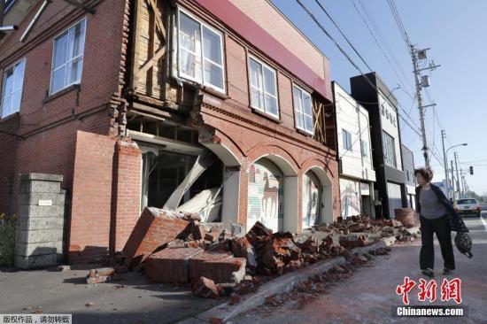 9月6日凌晨,日本北海道发生6.7级强震,本次地震未引发海啸,强烈余震仍在继续。地震已造成多人受伤,部分建筑损毁,近300万户断电,当地学校停课,铁路服务暂停。