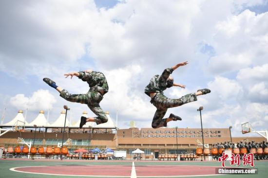 资料图:艺术学院的新生们在军训间隙,展示舞蹈基本功。记者 刘冉阳 摄