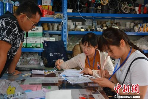 9月6日,普查指导员正在上门入户登记。当日,安徽合肥贾大郢社区普查指导员和普查员手持PAD上门入户登记,主要调查对象是企业和个体工商户。按照国家统一部署,第四次全国经济普查清查阶段从2018年9月5日起至9月25日。普查将全面了解中国第二、第三产业发展规模及布局,为宏观调控、经济结构调整,提供科学统计信息支持。中新社发 沈永芝 摄