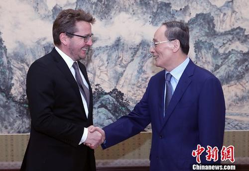 9月6日,中国国家副主席王岐山在北京中南海会见冰岛外长索尔达松。<a target='_blank' href='http://www.chinanews.com/'>中新社</a>记者 宋吉河 摄