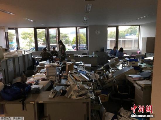 当地时间2018年9月6日,日本北海道地区发生强震,厚真町出现大规模塌方,多人被困。此外,地震还导致北海道数百万户停电,机场航班取消,列车无法运行。图为地震导致房屋室内一片狼藉。