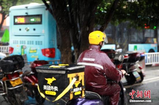 9月7日中午,暴雨袭击柳州,外卖小哥雨中出行。 朱柳融 摄