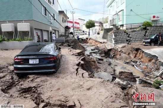 当地时间2018-10-21,日本北海道地区发生强震,厚真町出现大规模塌方,多人被困。图为地震导致地面出现塌陷吞噬车辆。