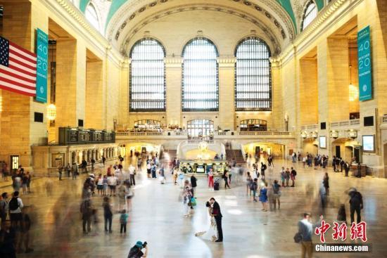 资料图片:当地时间9月6日,一对亚裔新人在纽约中央车站拍摄婚纱照片,引得路人注目。<a target='_blank' href='http://www.chinanews.com/'>中新社</a>记者 廖攀 摄