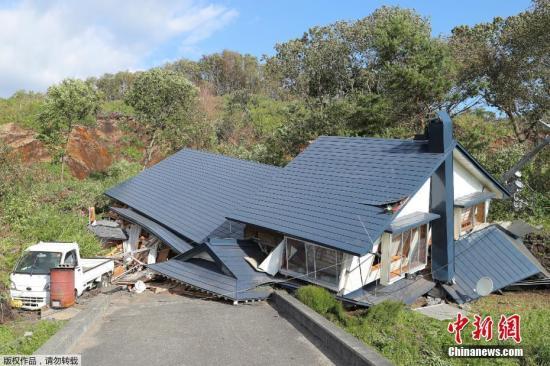 当地时间2018-12-12,日本北海道地区发生强震。图为地震导致多处建筑倒塌。