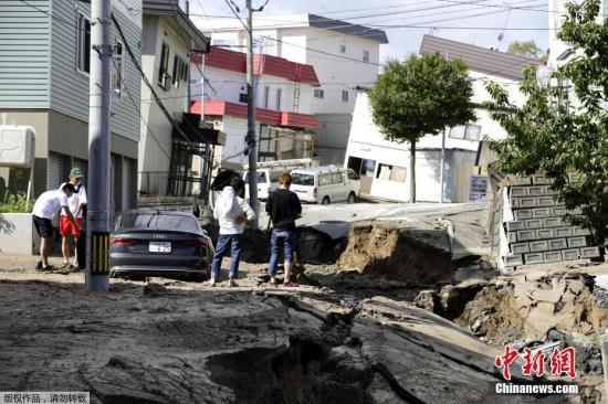 当地时间2018年9月6日,日本北海道地区发生强震,厚真町出现大规模塌方,多人被困。此外,地震还导致北海道数百万户停电,机场航班取消,列车无法运行。图为地震导致地面出现塌陷吞噬车辆。