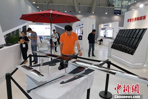 9月7日,第五届中国国际新材料产业博览会在哈尔滨举行。液态金属打印、薄膜太阳能产品,T800碳纤维、新型稀土着色剂超薄电子信息显示玻璃等一批拥有自主知识产权和科技专利的设备、成果亮相本届新博会。图为民众参观薄膜太阳能产品。<a target='_blank' href='http://www-chinanews-com.zelepr.com/'>中新社</a>记者 于琨 摄