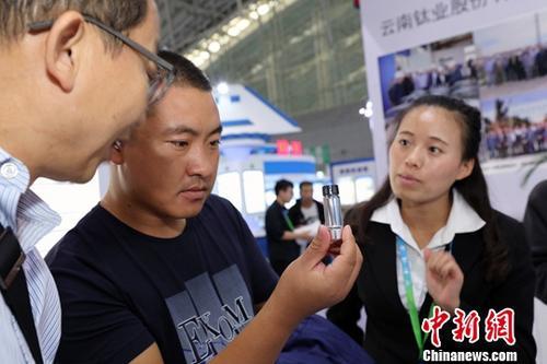 9月7日,第五届中国国际新材料产业博览会在哈尔滨举行。液态金属打印、薄膜太阳能产品,T800碳纤维、新型稀土着色剂超薄电子信息显示玻璃等一批拥有自主知识产权和科技专利的设备、成果亮相本届新博会。图为观众参观了解液态金属打印材料。<a target='_blank' href='http://www.chinanews.com/'>中新社</a>记者 于琨 摄