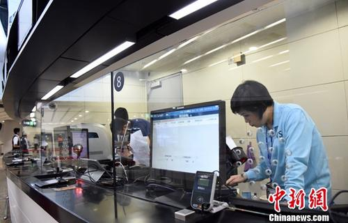 图为香港西九龙站工作人员正在进行准备工作。中新社记者 麦尚�F 摄