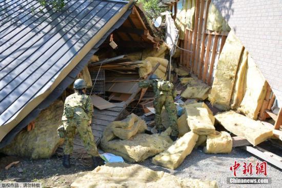 当地气象厅指出,在震感强烈的地区,由于地基松动,降雨引发地质灾害的可能性进一步增大,因此,呼吁人们保持高度警惕。图为自卫队员在房屋废墟中进行搜救工作。