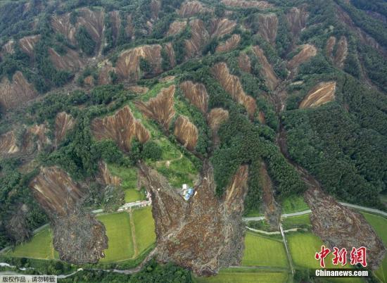 图为地震造成的山体滑坡。据日本气象厅公布,截至当地时间7日下午6时,共观测到有感地震100多次。气象厅指出,在震感强烈的地区,今后一周左右应严加防范。