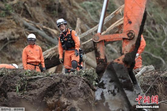 据报道,当地时间6日凌晨3点08分左右,日本北海道地区发生里氏6.7级地震。图为救援现场。