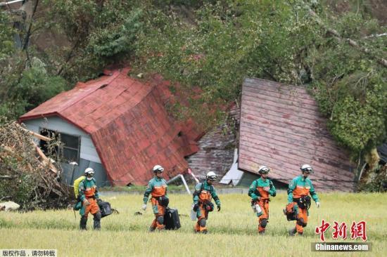 当地时间9月9日,日本北海道地震新确认有2人遇难,北海道政府发布消息称,地震已造成37人死亡、1人处于心肺功能停止状态,仍有2人失联。北海道警方及自卫队出动7000人以上继续搜寻失联者。截至当地时间9日上午11点,疏散者约为5800人。图为救援现场。
