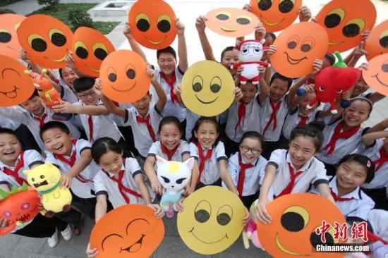 """资料图:江苏扬州一小学的学生们通过自己动手绘制""""笑脸""""贺卡,向老师送上别样的祝福。 孟德龙 摄"""