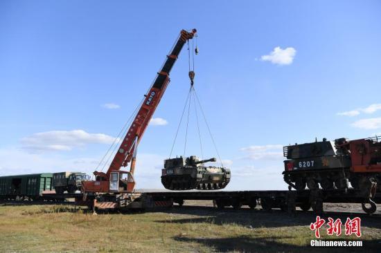 """中国军队参加的""""东方-2018""""战略演习9月11日在俄罗斯后贝加尔边疆区楚戈尔训练场拉开帷幕。此次行动共分为跨境战略投送、指挥机构演练、实兵行动演练和沙场检阅4个环节。中国参演官兵主要由北部战区所属陆军和空军部队组成。从8月16日至8月29日,中国军队在14天的时间里共完成28个列车梯队、3个空中批次的跨境输送任务。&#10;<a target='_blank' href='http://www.chinanews.com/'>中新社</a>发 杨再新 摄"""