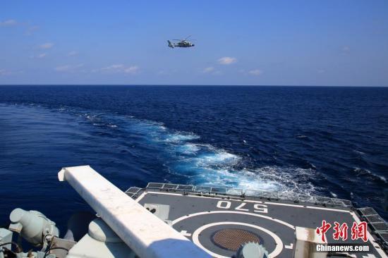 图为黄山舰与舰载直升机密切协同,合力搜潜。 /p发 徐广 摄