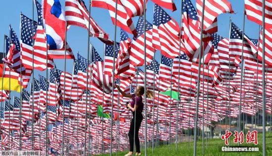 """质料图:好国加利福僧亚马里布佩珀丁大年夜教的""""国旗飘零""""展览,纪念2001年9月11日""""911""""恐惊冲击的受害者。"""