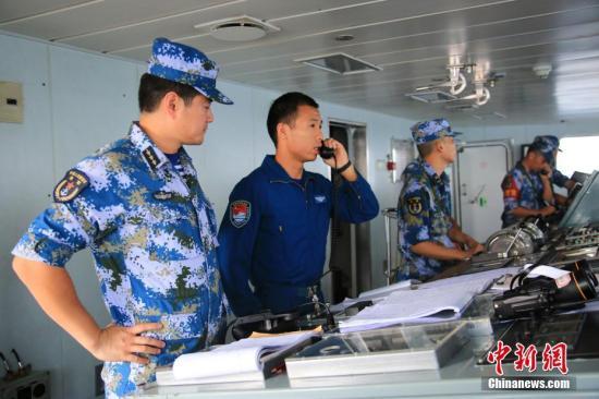 图为黄山舰指挥中澳两国舰载直升机共同参与反潜演练。 /p发 徐广 摄