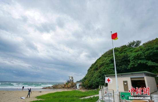 位于香港岛东部的大浪湾悬挂红旗,显示风浪较大,警告市民不要在该处游泳。 中新社记者 张炜 摄