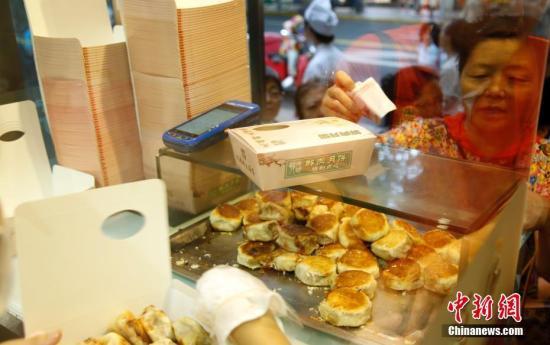 材料图:上海公众列队购置网白陈肉月饼。 汤彦俊 摄