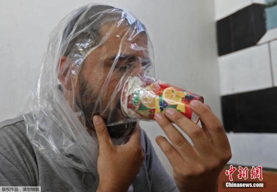 Hadheefa al-Shahadh演示如何使用这款自制防毒面具。目前,伊德利卜省成为叙利亚反对派聚集的最后一块据点。
