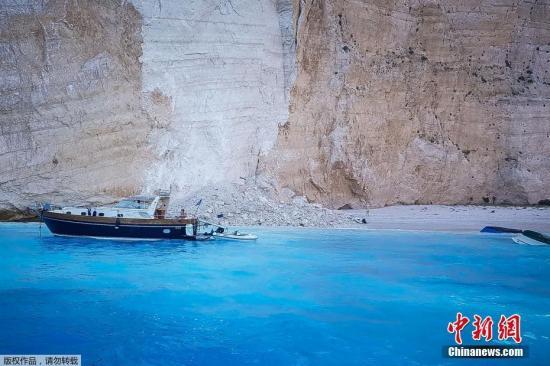 当地时间9月13日上午,希腊著名旅游胜地扎金索斯岛沉船湾发生岩石塌方,大量坠落的碎石落入海湾后掀起了巨大的波浪,导致至少三艘游船倾覆。当地消防团队已经展开营救落水游客的行动。图为发生塌方的现场。