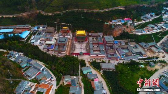 """塔尔寺是藏传佛教格鲁派发祥地,是格鲁派创始人、""""第二佛陀""""宗喀巴的诞生地,也是青海省5A级王牌景区之一。酥油花、堆绣、壁画被称为塔尔寺""""藏艺三绝""""。图为9月12日航拍的青海塔尔寺。中新社记者 孙睿 摄"""