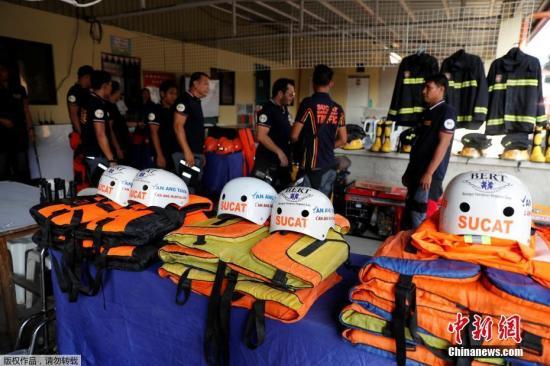 """当地时间9月13日,超强台风""""山竹""""逼近菲律宾,当地救援人员严阵以待。"""