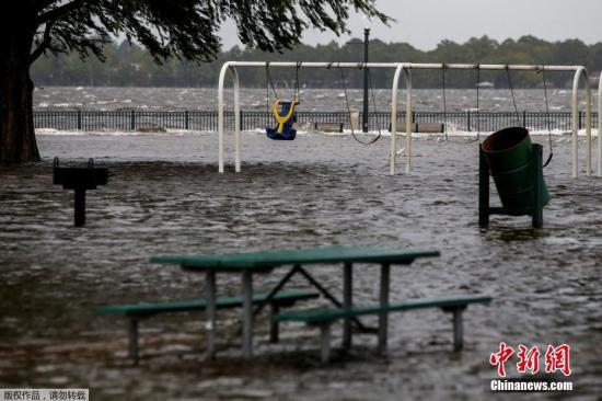 当地时间9月13日,北卡罗来纳州新伯尔尼的公园被海水淹没。